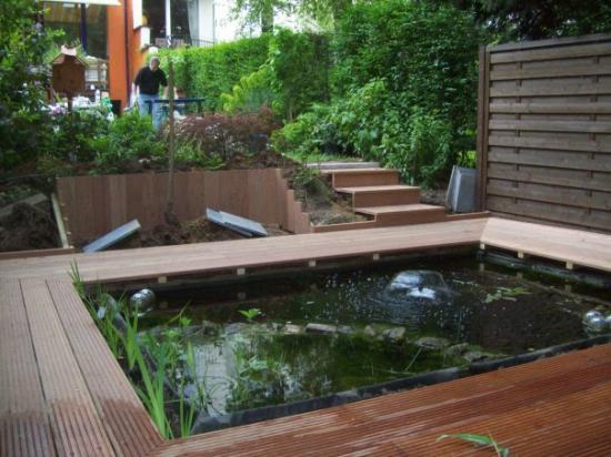 Après pièce d'eau + terrase en bois et palissade de bois