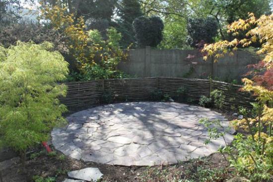 terrasse en pierre naturelles  + barrières en chataignier  à Mouscron