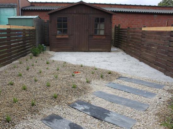 Après petit jardin de ville   terrasse plus plantation  à Mouscron