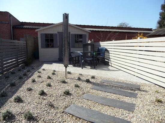 Après petit jardin de ville terrasse  et plantation